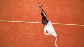 Opinión superior el jugador de tenis en la acción fotografía de archivo libre de regalías