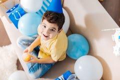 Opinión superior el niño pequeño en el mollete que se sostiene principal del partido Foto de archivo libre de regalías