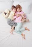 Opinión superior el pequeños hermano y hermana durmientes Fotos de archivo libres de regalías