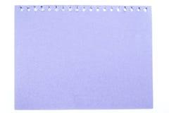 Opinión superior en colores pastel púrpura del papel de nota aislada en el fondo blanco, Imagenes de archivo