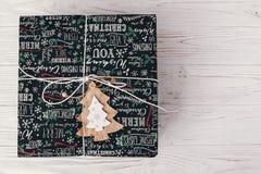 Opinión superior envuelta elegante de la caja de regalo, con el árbol de madera del ornamento MES Fotografía de archivo