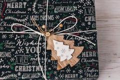 Opinión superior envuelta elegante de la caja de regalo, con el árbol de madera del ornamento MES Foto de archivo libre de regalías
