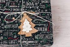 Opinión superior envuelta elegante de la caja de regalo, con el árbol de madera del ornamento MES Imagen de archivo libre de regalías