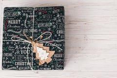 Opinión superior envuelta elegante de la caja de regalo, con el árbol de madera del ornamento MES Imagenes de archivo