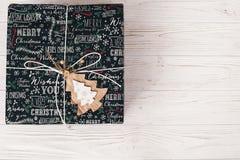 Opinión superior envuelta elegante de la caja de regalo, con el árbol de madera del ornamento MES Fotografía de archivo libre de regalías