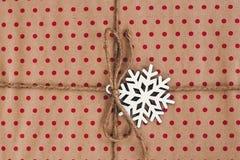 Opinión superior envuelta elegante de la caja de regalo, con el copo de nieve de los ornamentos fla Fotografía de archivo
