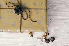 Opinión superior envuelta elegante de la caja de regalo, con los ornamentos de oro Presen Fotografía de archivo