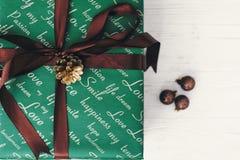 Opinión superior envuelta elegante de la caja de regalo, con los ornamentos Presente verde Imagen de archivo