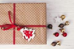Opinión superior envuelta elegante de la caja de regalo, con los ornamentos y el árbol Pre Imagenes de archivo
