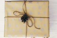 Opinión superior envuelta elegante de la caja de regalo, con los ornamentos y el cono del pino Imagen de archivo libre de regalías