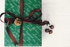 Opinión superior envuelta elegante de la caja de regalo, con los ornamentos y el cono Gree Imagen de archivo libre de regalías