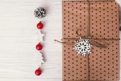 Opinión superior envuelta elegante de la caja de regalo, con los ornamentos y el snowf del árbol Foto de archivo