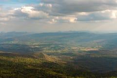 Opinión superior escénica sobre las montañas en día de verano nublado Fotografía de archivo libre de regalías