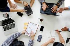 Opinión superior financiera de Team Brainstorming Corporate de la reunión de negocios Imagen de archivo libre de regalías