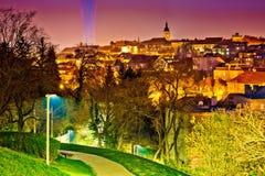 Opinión superior histórica de la noche de la ciudad de Zagreb fotografía de archivo