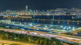 Opinión superior Hong Kong en la noche, visión desde el timelapse céntrico de la bahía de Kowloon almacen de video
