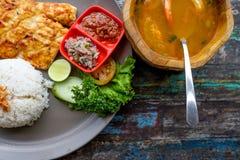 Opinión superior la barracuda asada a la parrilla con arroz y sopa Fotografía de archivo libre de regalías