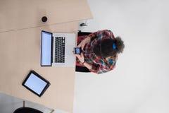 Opinión superior la mujer de negocios joven que trabaja en el ordenador portátil Imagenes de archivo