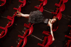 Opinión superior la mujer feliz que miente en asientos Fotografía de archivo libre de regalías