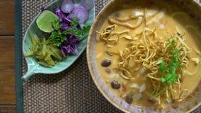 Opinión superior Lanna Style Dish - Khao tradicionales Soi Soup con los tallarines curruscantes Cocina tailandesa septentrional a almacen de video