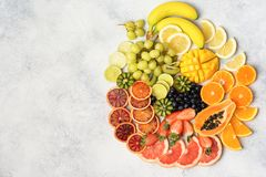 Opinión superior las frutas y las bayas del arco iris foto de archivo libre de regalías