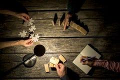 Opinión superior los colegas masculinos y femeninos del negocio coworking en un p Imágenes de archivo libres de regalías