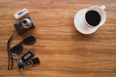 Opinión superior, materia del viaje y accesorios en la tabla de madera Fotografía de archivo libre de regalías