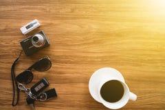 Opinión superior, materia del viaje y accesorios en la tabla de madera Imagen de archivo libre de regalías