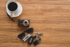 Opinión superior, materia del viaje y accesorios en la tabla de madera Foto de archivo libre de regalías