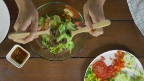 Opinión superior mujer joven consciente de la salud la principal que lanza una ensalada verde orgánica sabrosa almacen de video