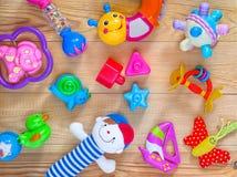 Opinión superior o endecha plana en los juguetes coloridos Fotos de archivo