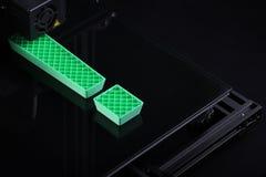 Opinión superior oblicua sobre 3D-printer con la marca de exclamación grande hecha del plástico verde que representa una oportuni imagen de archivo libre de regalías