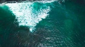 Opinión superior ondas y dos personas que practica surf en la superficie del Océano Atlántico de la costa de Tenerife, islas Cana