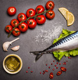 Opinión superior pescados crudos frescos en la tabla de cortar de la pizarra rodeada cerca Imágenes de archivo libres de regalías