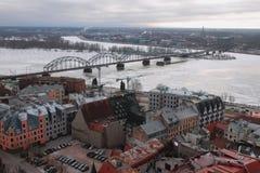 Opinión superior sobre ciudad, el río y el puente ferroviario Riga, Latvia foto de archivo