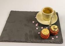 Opinión superior sobre dos magdalenas dulces, la fresa y el chocolate cremoso Imagen de archivo libre de regalías