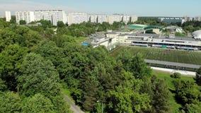 Opinión superior sobre el campo de fútbol de la reserva olímpica de la escuela en Zelenograd en Moscú, Rusia almacen de video