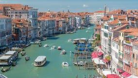 Opinión superior sobre el canal ocupado central en el timelapse de Venecia, en ambas obras maestras de los lados de la arquitectu metrajes