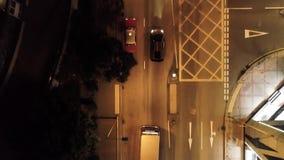 Opinión superior sobre el coche en Hong Kong en la noche existencias Lamborghini está conduciendo en la ciudad en el camino de la almacen de video