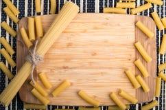 Opinión superior sobre el fondo de la comida hecho de espaguetis y de pastas finos Fotos de archivo libres de regalías