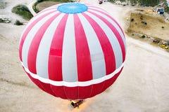 Opinión superior sobre el globo que se prepara para el vuelo Imágenes de archivo libres de regalías