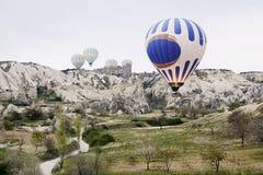 Opinión superior sobre el globo que se prepara para el vuelo Primavera en Turquía Cappadocia, abril de 2014 Foto de archivo libre de regalías