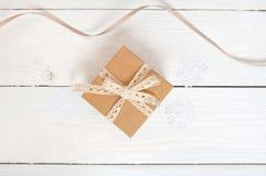 Opinión superior sobre el regalo agradable de la Navidad envuelto en el fondo de madera blanco Año Nuevo, días de fiesta y concep Fotos de archivo libres de regalías