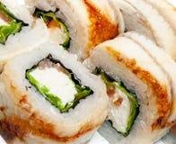 Opinión superior sobre el sistema del sushi aislado sobre el fondo blanco Placa con el primer de los rollos fotos de archivo libres de regalías