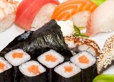 Opinión superior sobre el sistema del sushi aislado sobre el fondo blanco Placa con el primer de los rollos foto de archivo libre de regalías