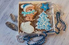 Opinión superior sobre el sistema hermoso del pan de jengibre de la Navidad en la tabla Fotografía de archivo libre de regalías