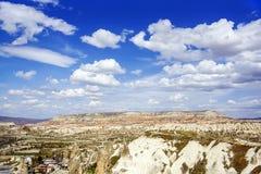 Opinión superior sobre el valle de la montaña en día soleado claro con las nubes hermosas Fotos de archivo libres de regalías