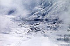 Opinión superior sobre estación de esquí en la niebla Foto de archivo