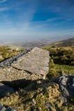Opinión superior sobre granero de piedra antiguo de las ovejas y costa costa atlántica en el cielo azul, país basque, Francia Imagen de archivo