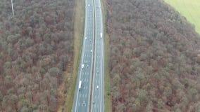 Opinión superior sobre la carretera por completo del tráfico en Alemania, 4k metrajes